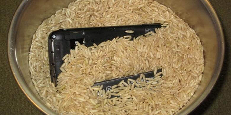 memasukkan hp dalam beras