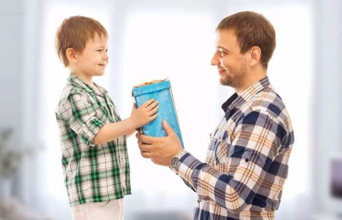 memberi hadiah ke anak