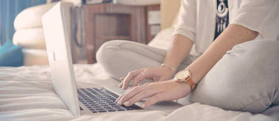 laptop di atas kasur