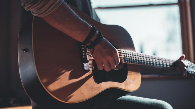 cara cepat mahir bermain gitar