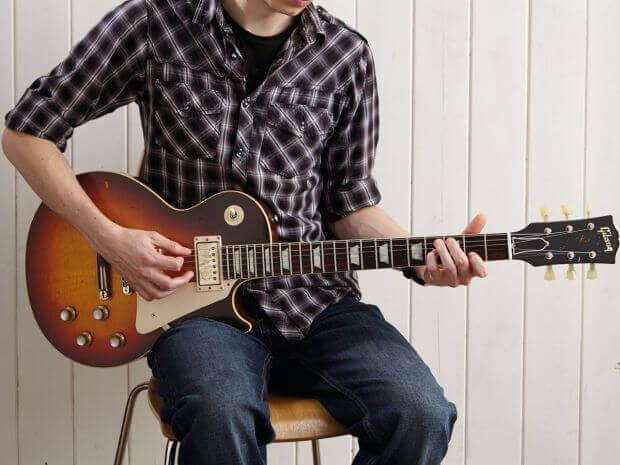 posisi nyaman bermain gitar