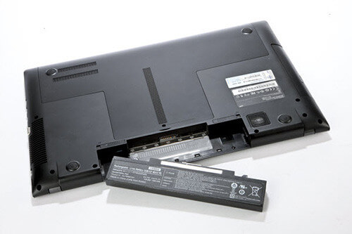 mencabut baterai laptop