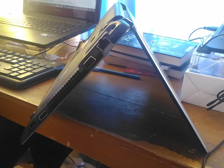 menghadapkan laptop ke bawah
